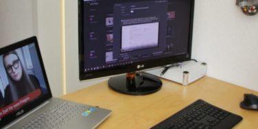 Auf meinem Schreibtisch stehen der Laptop und nebendran der Monitor. Auf dem einen Bildschirm läuft ein Video aus der Boom Boom Blog Challenge von Sympatexter, auf dem anderen Notion mit einer geöffneten Notiz.