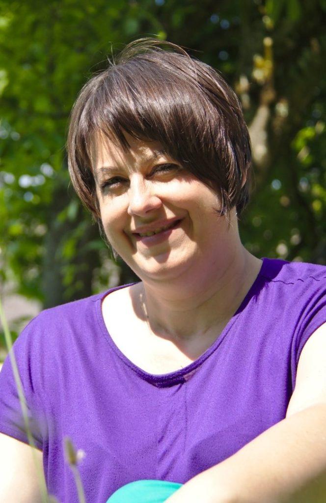 Portrait von Carolin Gärtner vor einer Magnolie