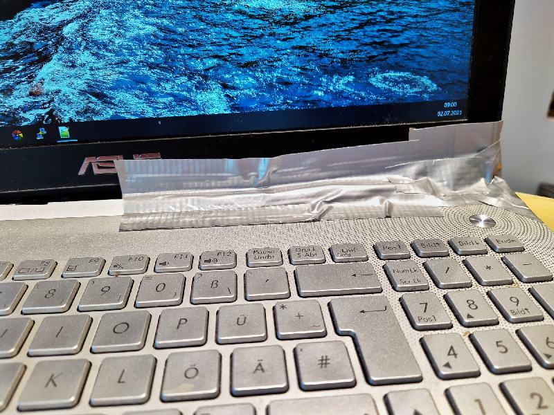 Der Laptop müsste notdürftig geklebt werden und kann jetzt nur noch als Stand-PC verwendet werden.
