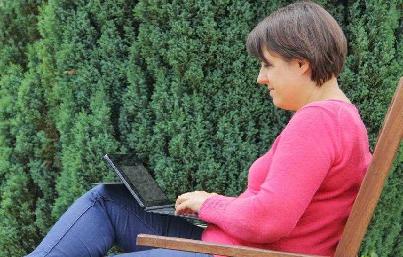 Bloggen mit meinem neuen Tablet auf dem Gartenstuhl