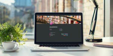 Laptop auf dem Schreibtisch mit der geöffneten Wissens- und Ideenbibliothek, um die Notizen zu organisieren