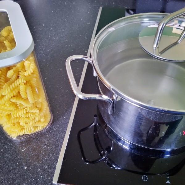 Nudeln kochen für das Mittagessen