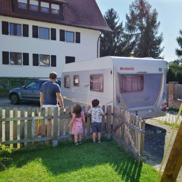 Oma und Opa bringen uns den Wohnwagen für den Urlaub nächste Woche