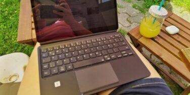 Arbeiten mit dem Tablet in der Sonne für ein neues Mini-Produkt, Weiterbildung und eine Blog-Challenge