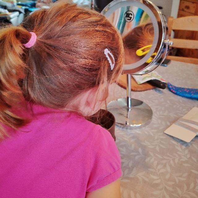 12 von 12 September 2021: Meine kleine Tochter stylt sich vor dem Kosmetikspiegel