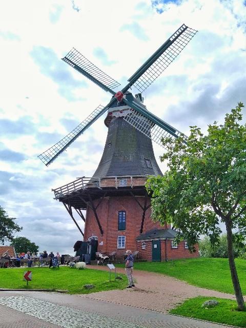 Die rote Windmühle der Zwillingswindmühlen von Greetsiel