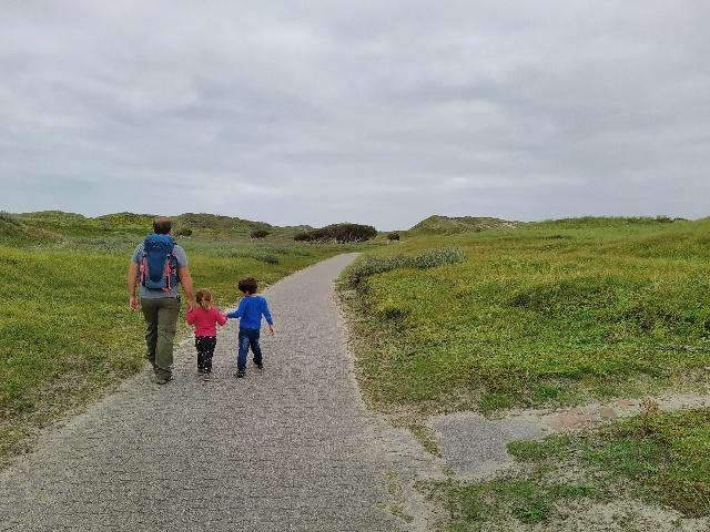 Die Kinder wandern mit ihrem Papa auf dem Dünenwege auf Norderney