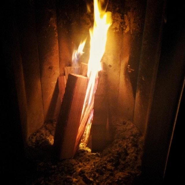 Feuer brennt im Ofen