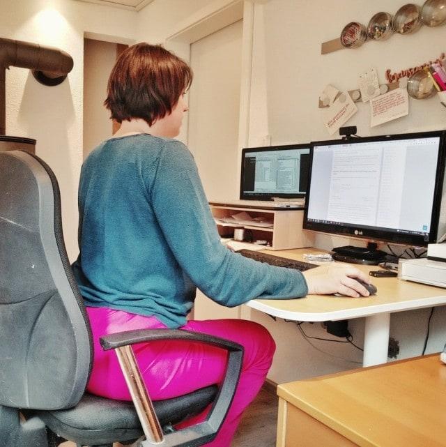 Carolin Gärtner sitzt an ihrem Schreibtisch