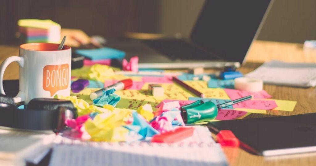 Chaos aus Zetteln und Notizen auf dem Tisch