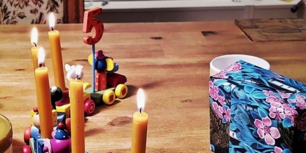 Monatsrückblick September 2021: Die Geburtstagskerzen zum 5. Geburtstag unseres Sohnes in einem Geburtstagszug