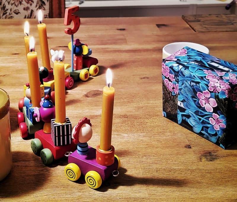 Die Geburtstagskerzen zum 5. Geburtstag unseres Sohnes in einem Geburtstagszug