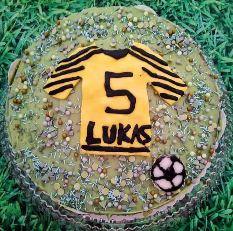 Geburtstagskuchen für einen kleinen Fußballer mit einem gelben Trikot mit schwarzer 5 und dem Namen Lukas darauf