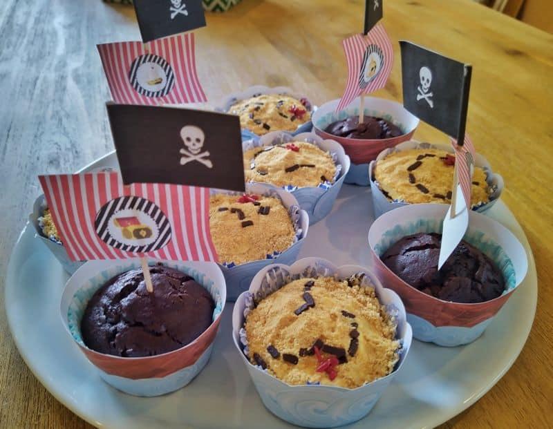 Ein Teller mit Muffins, dekoriert als Schatzkarte oder als Piratenschiffe.
